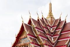El tejado hermoso del templo se está renovando En el cielo con las nubes Fotos de archivo