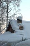 El tejado se cubre con nieve Imagen de archivo