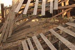 El tejado se derrumba en casa Imagen de archivo libre de regalías