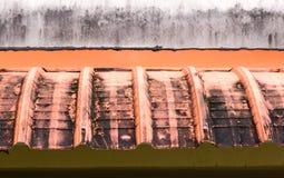 El tejado sucio del toldo o cubre con tablas sobrepuestas la casa. Fotografía de archivo