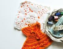 El tejer a mano, needlecraft, aguja e hilo Foto de archivo libre de regalías