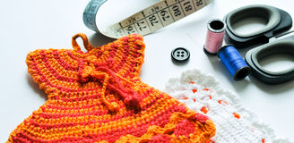 El tejer a mano, needlecraft, aguja e hilo Imagen de archivo libre de regalías