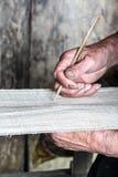 El tejer tradicional Imagenes de archivo