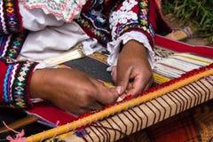 El tejer tradicional de los Peruvian Imagenes de archivo