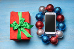 El teléfono blanco miente en la tabla del día de fiesta Imagen de archivo