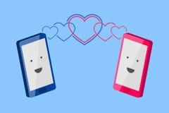 El teléfono del hombre y el teléfono de la mujer Conversación de personas enamoradas Imagenes de archivo
