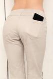El teléfono elegante en un bolsillo jadea, muchacha hermosa con botín atractivo Fotos de archivo