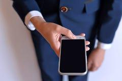 El teléfono está en las manos del estudiante Imagen de archivo