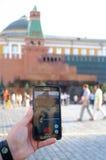 El teléfono móvil con Pockemon va juego en la pantalla Foto de archivo