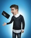 El teléfono móvil grande y quebrado del adolescente cómico sale del Han Imagen de archivo