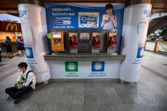 El teléfono público público y vuelve a llenar la máquina en la estación de tren del BTS Foto de archivo libre de regalías