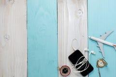 El teléfono y el aeroplano de la visión superior modelan en la tabla de madera, busin del transporte Imagen de archivo libre de regalías