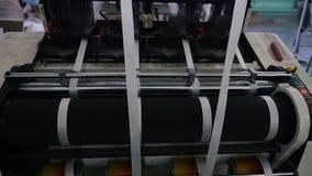 El telar crea la tela de las agujas y de los hilos, tiroteo lento almacen de video