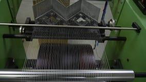 El telar crea la tela de las agujas y de los hilos, tiroteo lento almacen de metraje de vídeo