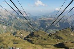 El teleférico alinea en el valle Foto de archivo