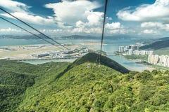 El teleférico lleva a turistas hasta el Ngong Ping Village en Lantau, Hong Kong, China foto de archivo