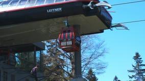 El teleférico rojo llega en la parte superior estación Bellevue en Pohorje, cerca de Maribor almacen de metraje de vídeo