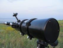 El telescopio está situado en naturaleza y dirigido un cielo espacioso claro fotografía de archivo