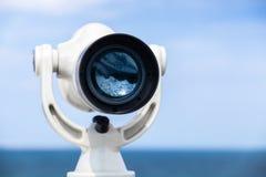 El telescopio pagado blanco se coloca en costa de mar Fotografía de archivo libre de regalías