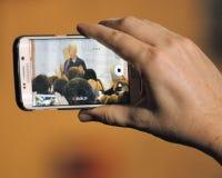 El teléfono celular toma imagen de presidente anterior Bill Clinton Speaks a Foto de archivo libre de regalías