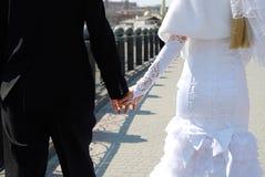 El tema de la boda, tenencia da recienes casados imagen de archivo