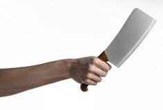 El tema de la cocina: Mano del cocinero que sostiene un cuchillo de cocina grande para cortar la carne en un fondo blanco aislado Fotos de archivo