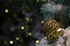 El tema enfocado del invierno adornó el árbol de navidad imagen de archivo libre de regalías