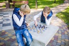 El tema es niños que aprenden, desarrollo lógico, matemáticas de la mente, avance de los movimientos del cálculo erróneo Hermanos foto de archivo libre de regalías