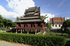 El Tempel Wat Thung Si Meuang fotografía de archivo libre de regalías