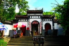 El templo antiguo del unknow en la trayectoria antigua de la montaña imagenes de archivo