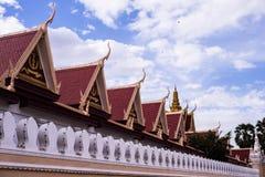 El templo budista asiático del estilo tailandés adornó el tejado Imagenes de archivo