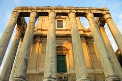 El templo de Antoninus y de Faustina en Roman Forum Foto de archivo libre de regalías