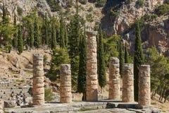El templo de Apolo en Delphi, Grecia en un día de verano imágenes de archivo libres de regalías
