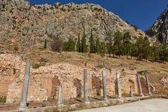 El templo de Apolo en Delphi, Grecia en un día de verano imagenes de archivo