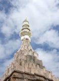 Estatuas de deidades en la cima del templo fotografía de archivo