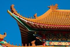 El templo de China y mucha gente rogaron a dios en el lugar El lugar para el aniversario en día de Años Nuevos chino Fotos de archivo libres de regalías