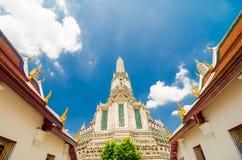 El templo de Dawn Wat Arun y de un cielo azul hermoso Fotos de archivo libres de regalías
