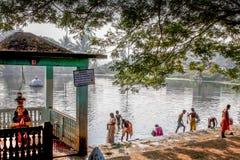 El templo de Devi al lado de la charca de agua, el templo y la charca, el templo hindú y el tanque Fotografía de archivo libre de regalías