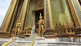 El templo de Emerald Buddha o de Wat Phra Si Rattana Satsadaram, el templo budista más sagrado de Tailandia metrajes