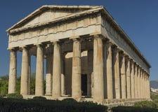 El templo de Hephaestus en Atenas en el fondo del cielo azul Imagen de archivo