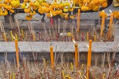 El templo de la capilla de Erawan, clavel amarillo florece, Bangkok Fotografía de archivo libre de regalías