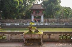 El templo de la literatura Van Mieu en Hanoi, Vietnam Bonsais foto de archivo libre de regalías