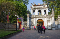 El templo de la literatura Van Mieu en Hanoi, Vietnam E principal fotografía de archivo libre de regalías