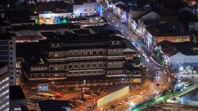 El templo de la reliquia del diente de Buda en Chinatown en la noche, Singapur metrajes