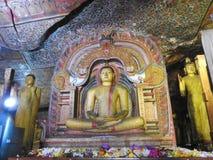 El templo de oro de Dambulla es sitio del patrimonio mundial y tiene un total de un total de 153 estatuas de Buda, tres estatuas  imagen de archivo