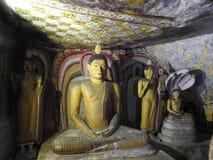 El templo de oro de Dambulla es sitio del patrimonio mundial y tiene un total de un total de 153 estatuas de Buda, tres estatuas  fotografía de archivo
