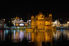 El templo de oro en Amritsar, Punjab, la India, el icono más sagrado y el lugar de la adoración de la religión sikh Iluminado en  Imagenes de archivo