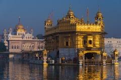 El templo de oro en Amritsar, Punjab, la India, el icono más sagrado y el lugar de la adoración de la religión sikh Luz de la pue Foto de archivo libre de regalías