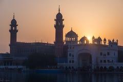El templo de oro en Amritsar, Punjab, la India, el icono más sagrado y el lugar de la adoración de la religión sikh Luz de la pue Imagen de archivo