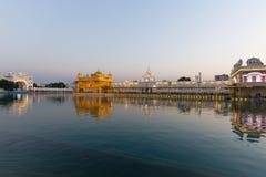El templo de oro en Amritsar, Punjab, la India, el icono más sagrado y el lugar de la adoración de la religión sikh Luz de la pue Fotografía de archivo libre de regalías
